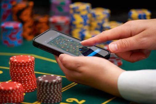 mobil i hand över ett spelbord